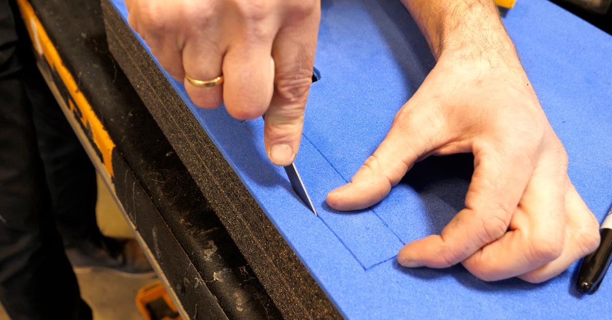 Skjær ut med et skarpt knivblad. Tips: Husk å skjære utenfor streken, så slipper du synlige pennemerker!